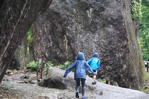 DSC03845 Children between Stones A and B