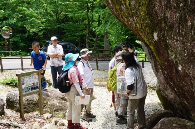 DSC03910 Group visiting 9:22